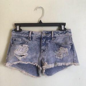 Low-rise light-wash jean shorts!
